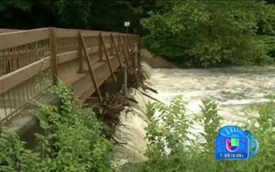 Con el agua hasta el cuello amanecen residentes en varias partes del país