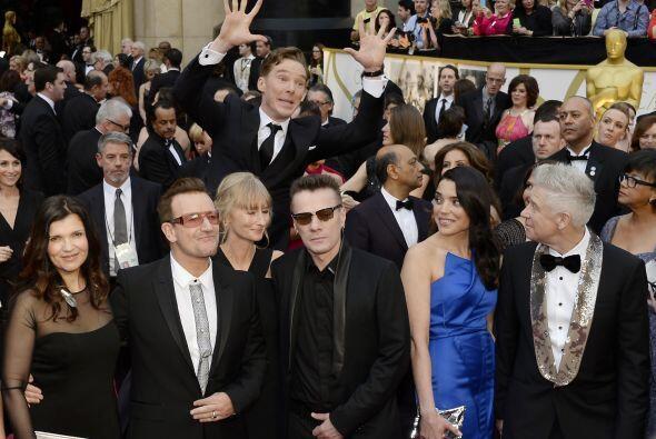 Por cierto, Bono no se ve muy contento con la bromita de Benedict, ¿verd...