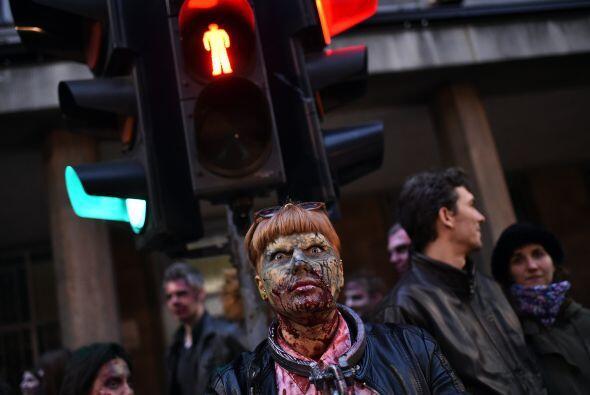 Con cicatrices y sangre falsa, todos desfilaron como muertos vivientes.