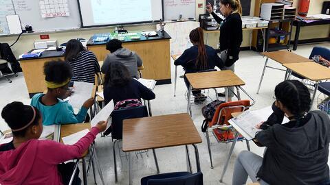 Policía de Kansas entró en una escuela buscando al hijo de una indocumen...