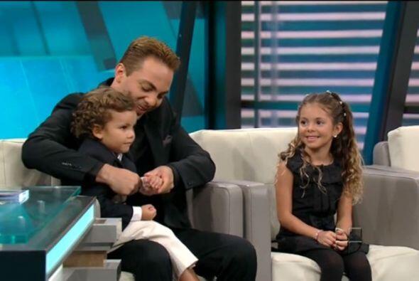 El cantante llegó acompañado de su dos hijos.