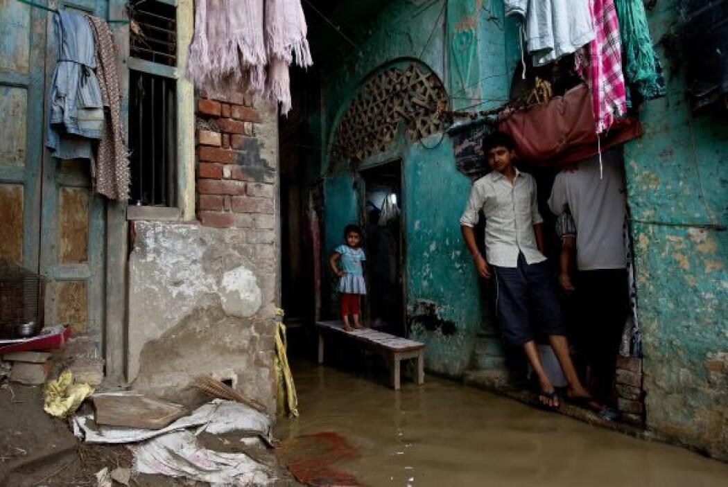 Las autoridades tratan de evacuar a las miles de personas atrapadas para...