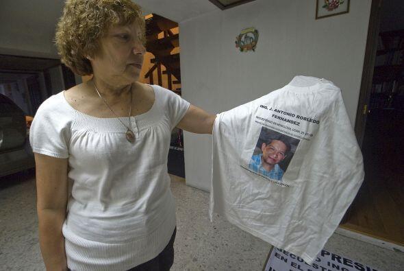 María Guadalupe Fernández sostiene una camiseta con el retrato de su hij...