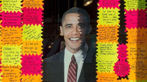 Decenas de personas le dejan mensajes de despedida al saliente president...