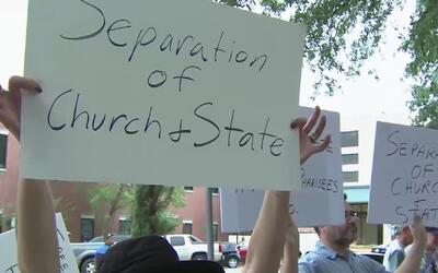 Procurador estatal apoya a juez de paz Wayne Mack en demanda por orar an...