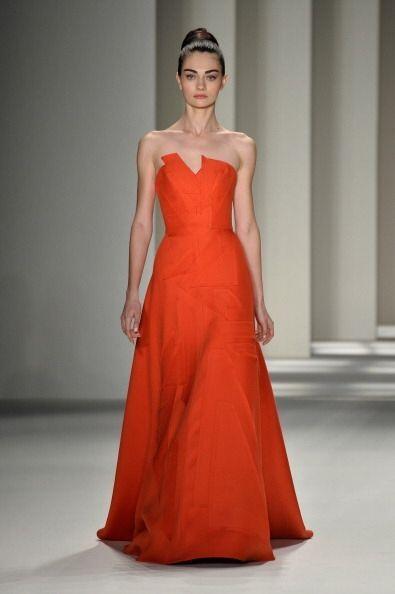 La alta costura de Carolina Herrera se tiñó de naranja para la colección...