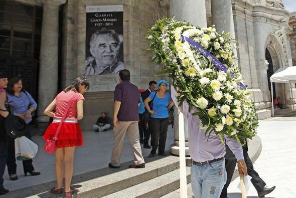 Algunos de ellos llevaron flores amarillas, el amuleto de Gabo.