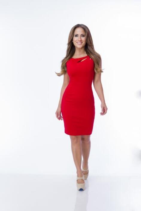 Jackie dice que sus vestidos resaltan  las curvas de la mujer latina.