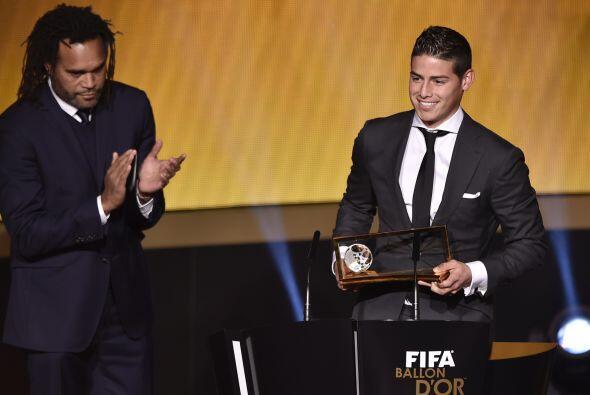 James recibió su galardón de manos del ex futbolista franc...