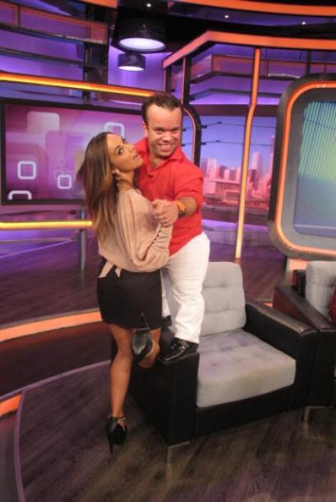 La invitada uvo el valor de cargar a Carlitos en uno de los pasos de baile.