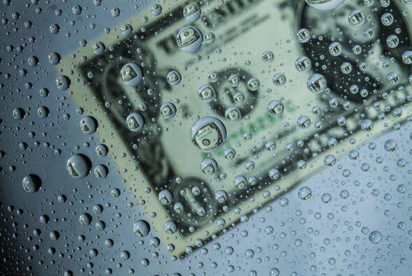 Sumergirás el billete del dólar seis veces en un vaso de a...