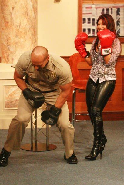 Diana Reyes ríe por lograr que el musculoso alguacil haya ca&iacu...