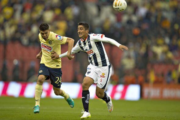 El delantero Oribe Peralta se mantuvo al acecho de algún servicio que le...