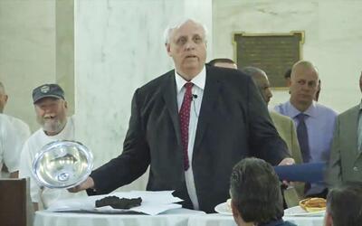 El gobernador de West Virginia usa excremento real para comparar un proy...