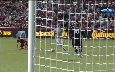 Con la frialdad de goleador, Yamil Asad a pase de Miguel Almirón anota e...