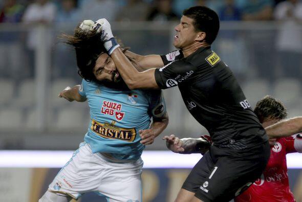 Jorge Cazulo(izquierda) choca con Erick Delgado(derecha)en  acciones...