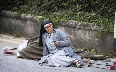 Una religiosa ensangrentada en el suelo, una de las imágenes que...