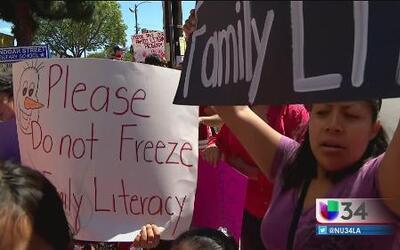 Padres luchan por programa de alfabetización