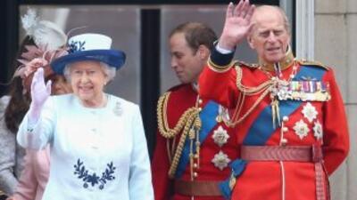 La reina de Inglaterra, Isabel II, junto a su esposo, el duque de Edimbu...