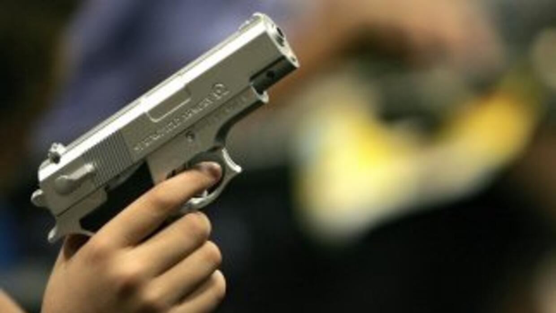 Un niño sostiene un arma de plástico. (Imagen de Archivo).