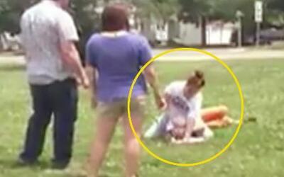 Padre incentiva a su hija a golpear a otra adolescente