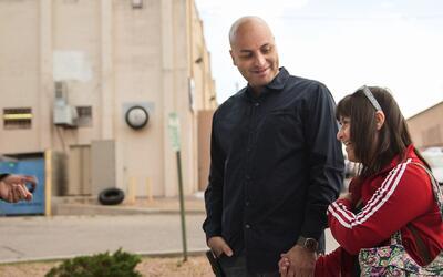 Balderas lleva a su hija Arianna a clases de flamenco cada viernes. Tien...