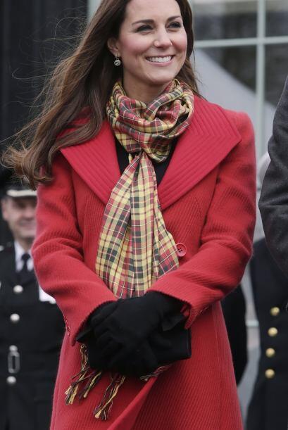 En esta imagen Kate trae la tendencia tartán de una manera más discreta...