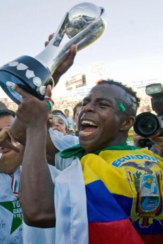 Pronto se convirtió en pilar del Santos y fue fundamental para la obtenc...