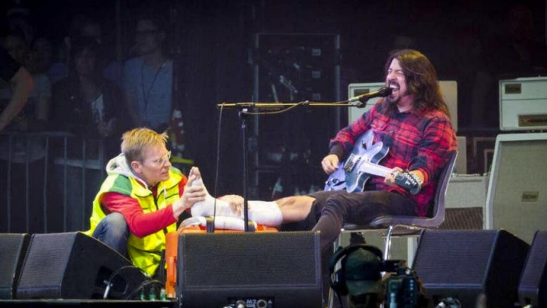El rockero regresó a cantar con la pierna enyesada.