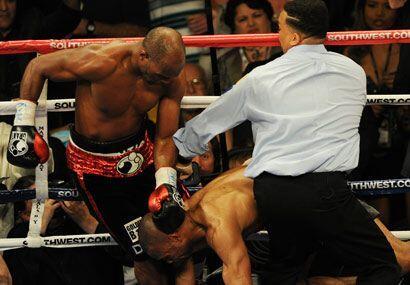 Entonces Hopkins reclamó su turno para golpear en la nuca.