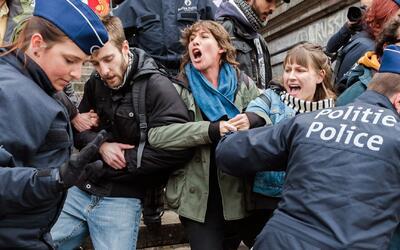 Policía belga se enfrenta contra manifestantes