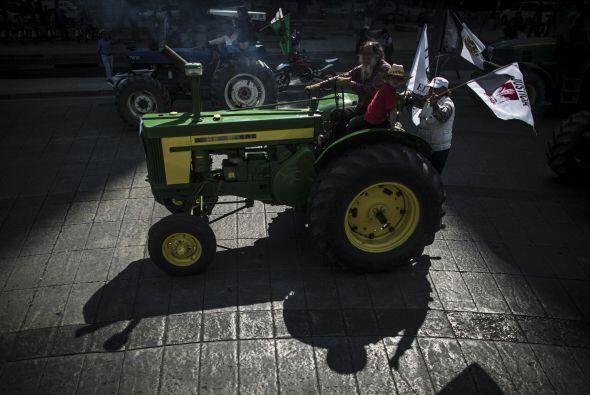 Campesinos mexicanos marcharon abordo de 43 tractores, uno por cada uno...