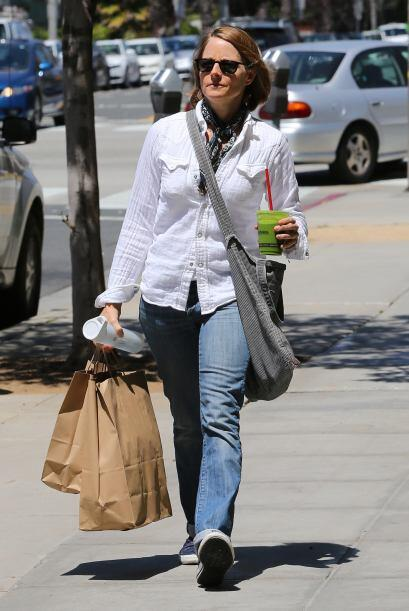 Jodie Foster sabe que el 'denim' queda de maravilla con las prendas blan...