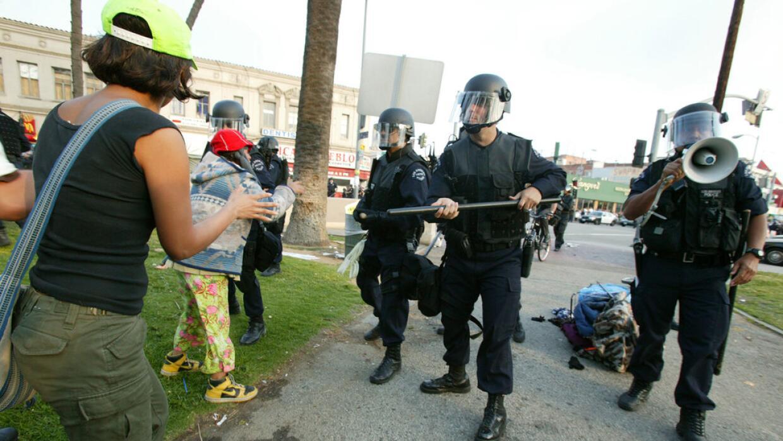Una imagen del violento avance de los policías, que terminó agrediendo a...