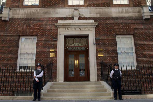 Guardias custodiando una salida del hospitalSaint Mary's en Paddington,...