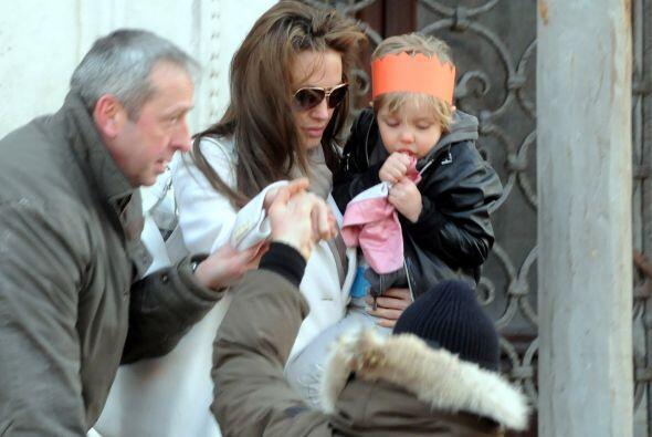 Angelina cargando en brazos a Shiloh. Mira aquí lo último...