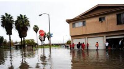Giran ordenes de evacuacion para cientos de casas en Los Angeles por fue...