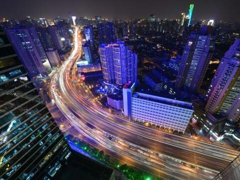Una foto tomada en Shangai muestra la vista aérea del tráf...