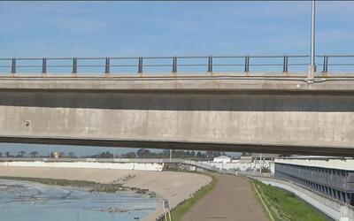 Inmigrante muere al caer de un puente después de haber sido deportado