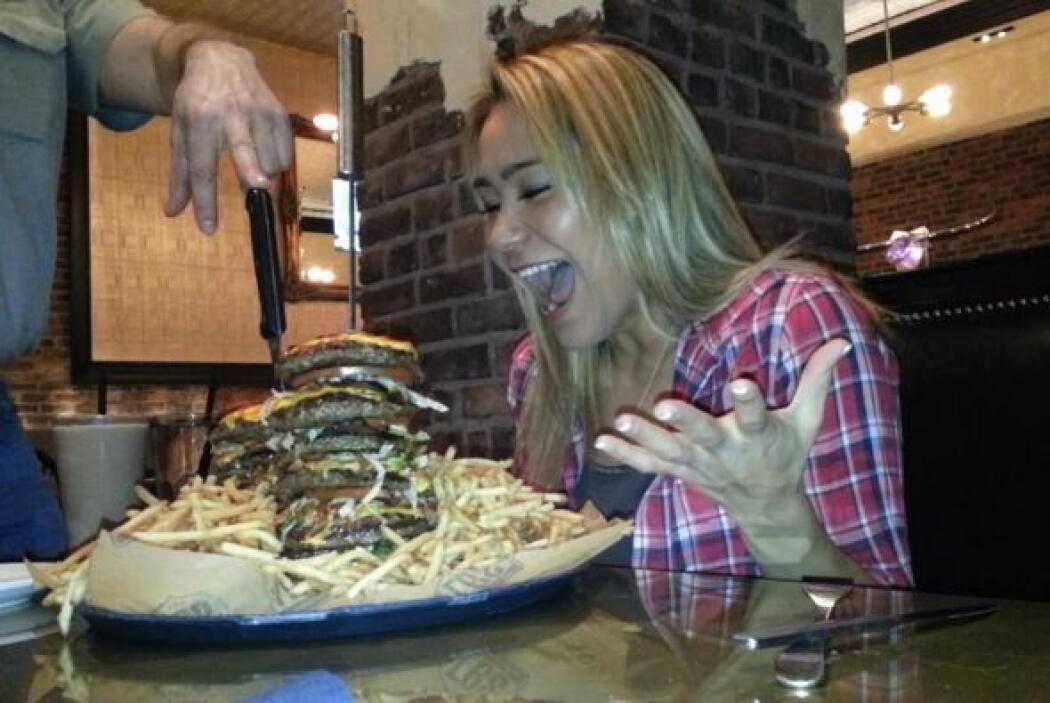 Mira su cara de gusto al ver tanta comida junta.