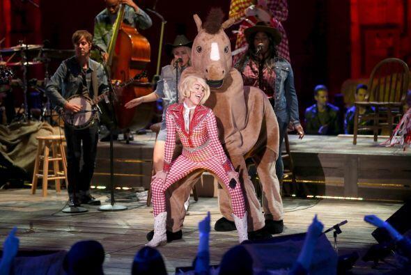 ¿Y ahora hace twerking con un caballo? Miley, creo que te hemos p...