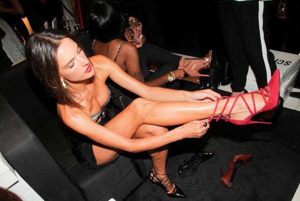 Alessandra Ambrosio es una experta presumiendo sus piernas.