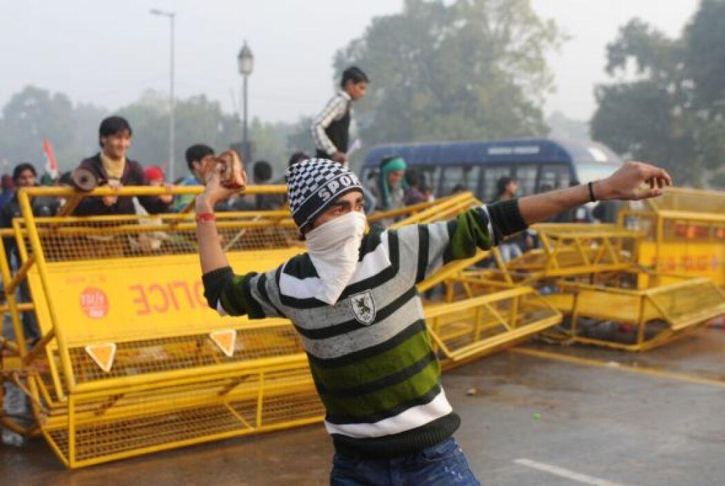Los enfrentamientos se originaron cuando los manifestantes, con barras d...