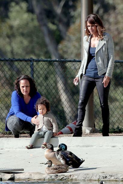 Llevó al nene a pasear a un parque cercano en Los Angeles.