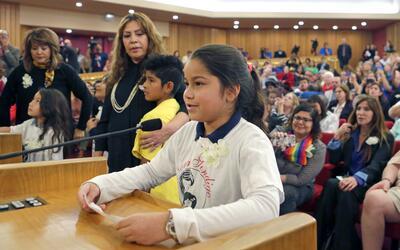 Shirley Vanegas, hija de inmigrantes sin autorización, se dirige...