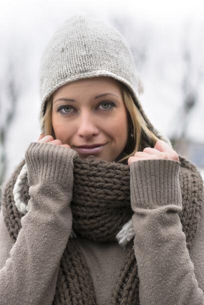 De trama gruesa. Las bufandas de lana tejidas en punto grueso ¡jam...