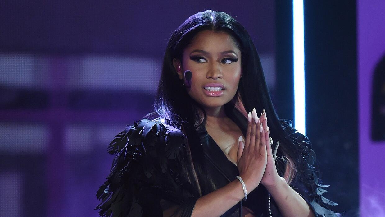 La cantante subió a una fan al escenario para poner fin al percance.