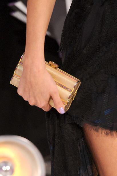 Pero el complemento perfecto sin duda alguna fue el bolso dorado de Judi...