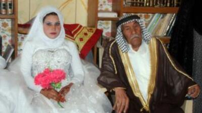"""La novia, Muna Mujlif al Jubari, afirmó que espera """"hacer feliz a su mar..."""