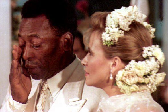 El 30 de Abril de 1994 Pelé se casó con Assiria Seixas Lem...